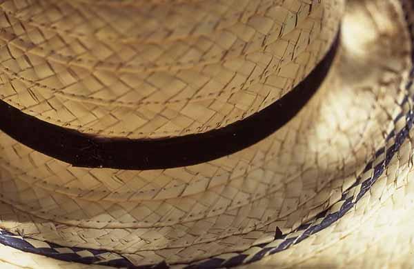 4c5a805d78adf Sombrero de paja que protege al campesino